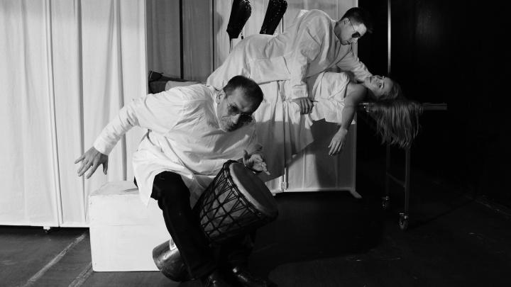 Трагифарш на ночь глядя: волгоградцев приглашают на кромсание Достоевского, «Зебру и парашютиста»