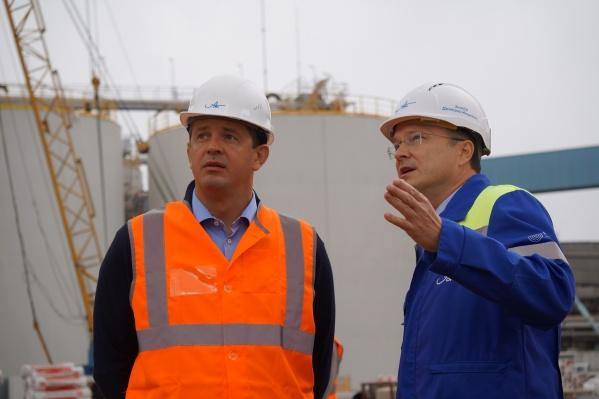 Дмитрий Зылев (справа): «запуск новой выпарной станции даст серьезный экологический эффект: до 50% снизится водопотребление, до 65% уменьшатся выбросы в атмосферу. Исчезнет специфический запах»