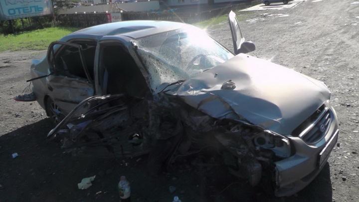 В Зауралье легковушка врезалась в грузовик. Погибла женщина, еще два человека получили травмы