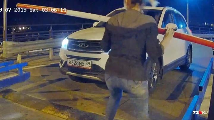 Сильная и настырная девушка сломала шлагбаум на тюменской набережной. Она сорвала железные болты