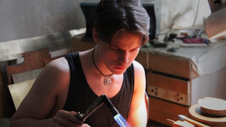 Новосибирский кузнец выковал коллекцию украшений с огоньками и сон-травой