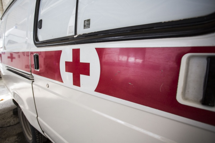 Двух выживших в аварии мужчин увезли в больницу