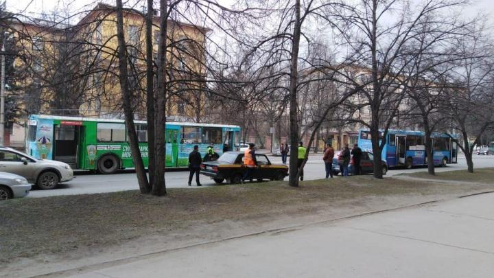 «Рога» троллейбуса разбили окно автобуса и ранили пассажирку