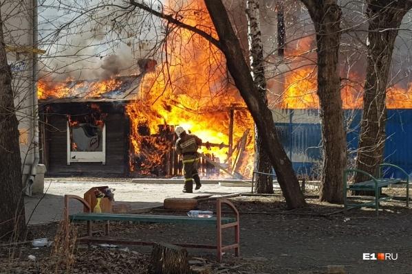 Из горящего дома эвакуировались люди, но кто они, неизвестно