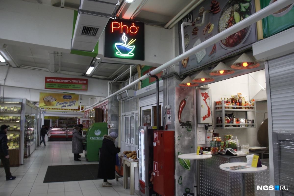 Вьетнамская закусочная смотрится на рынке удивительно органично