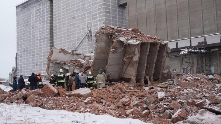 При обрушении здания в Омске погиб человек. Онлайн-трансляция о происшествии