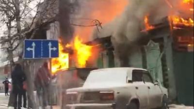 На Доме обороны загорелся деревянный дом. На месте работают сотрудники МЧС