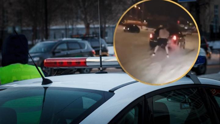 ГИБДД ищет водителя, взявшего на буксир полуголого друга на парковке «Зеленого берега»