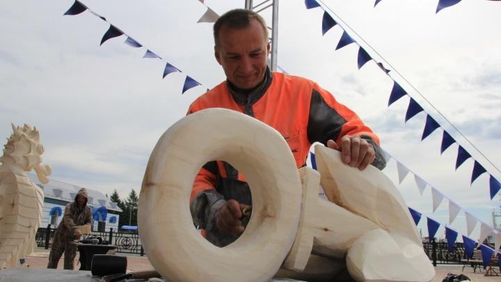 Чудеса с бензопилой и стамеской: как резчики по дереву создали «Корабельную слободу» в Архангельске
