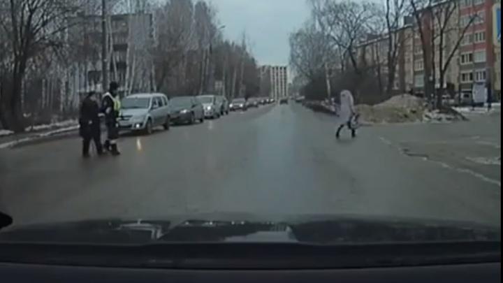 Видео дня. Милота из Арзамаса: инспектор ГИБДД помог старушке перейти дорогу