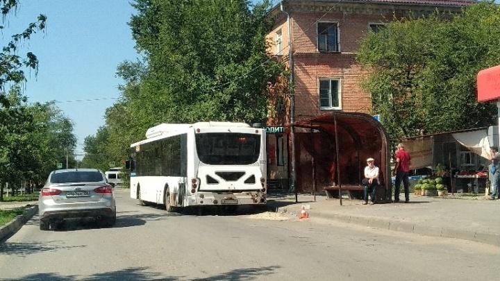 «Засыпали лужу крови»: в Волгограде автобус на остановке сбил пешехода