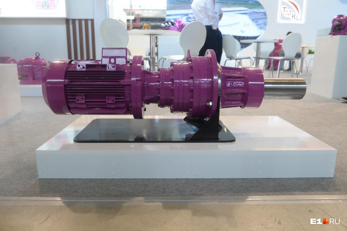 Под музыкальное сопровождение осмотрите двигатели цвета фуксии, которые больше похожи на арт-объекты, чем на деталь сложного заводского механизма