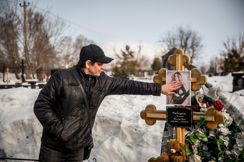 Игорь Сабадаш возле могилы дочери Алёны