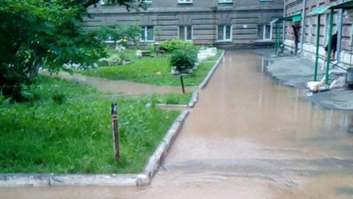 На Промышленной прорвало трубу: грязная вода залила двор и полилась в подъезд