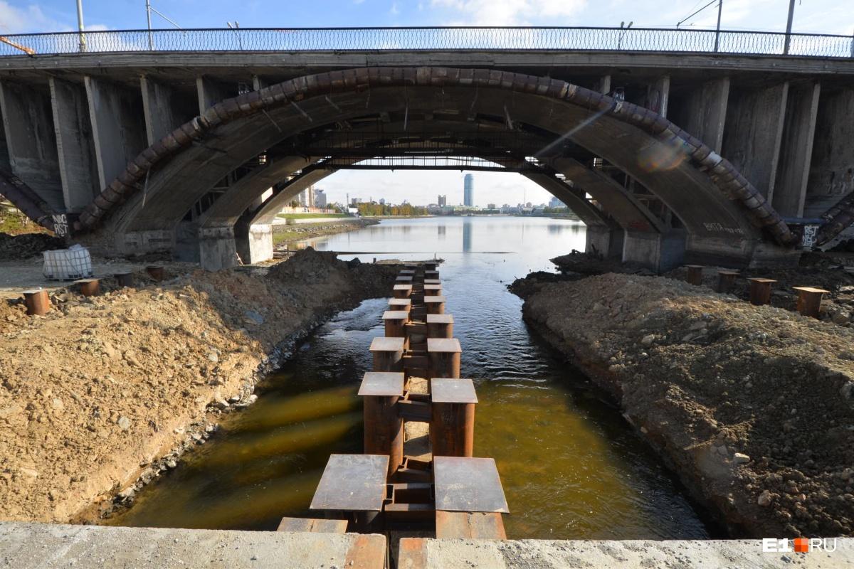 Насыпная переправа под мостом