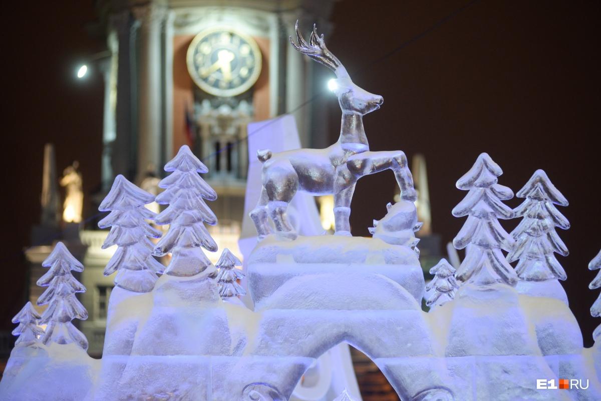 Мэрия на фоне ледового городка преобразилась