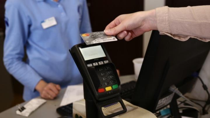Наличка не пригодилась: новосибирцы стали чаще расплачиваться банковскими картами