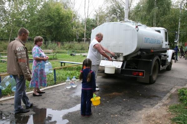 Такие машины приезжают к домам, где нет воды