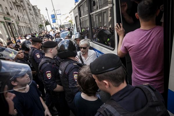 Митингующих сажали в автозаки