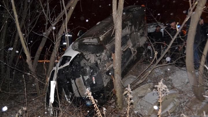 В Уфе среди деревьев застрял KIA Cerato: водителя вытащили спасатели