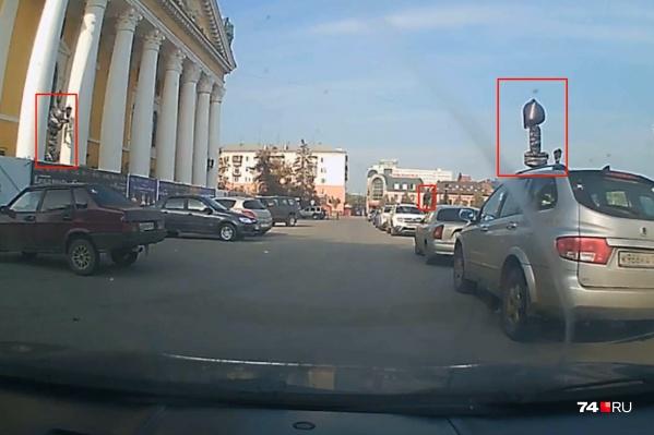 Парковка перед Оперным театром раньше была запрещена, но теперь знаки там закрыты