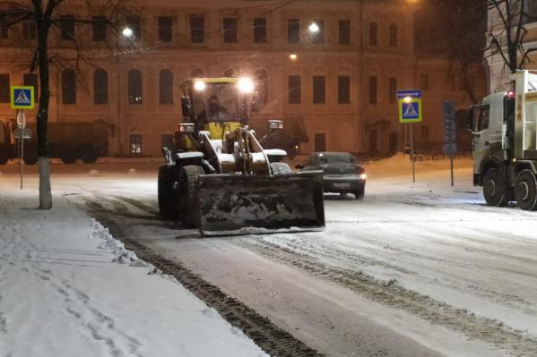 Снег убирают, пока нет машин
