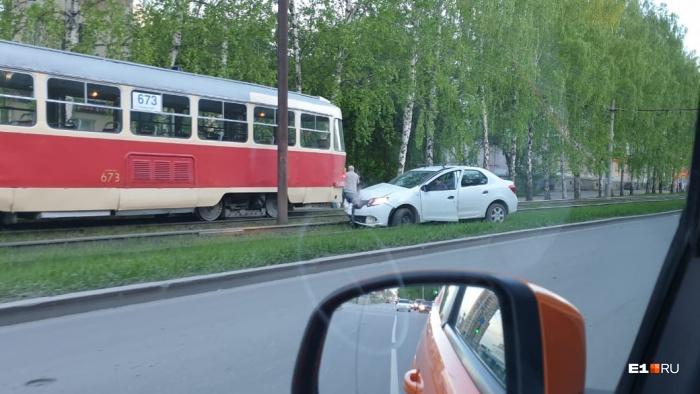 Иномарка перегородила трамвайные пути в сторону центра