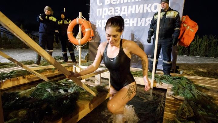 «Главное, чтоб мотор не остановился»: смотрим первые кадры из крещенской купели в Волгограде