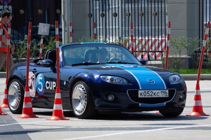 Участницы соревновались в мастерстве вождения за рулем кабриолетов Mazda