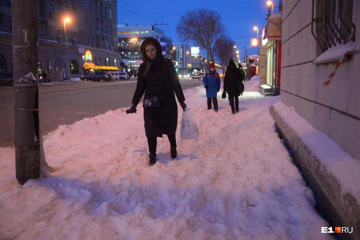 Тротуар на улице Малышева 11 февраля 2019 года. В тот день снегопада не было