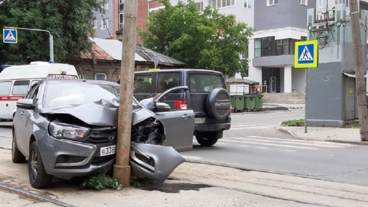 В центре Самары водитель «Весты» потерял сознание и врезался в столб
