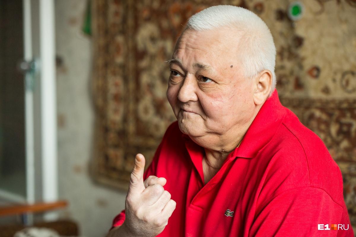 «Один, — показывает Рифат Равильевич, — я один с таким заболеванием в семье»