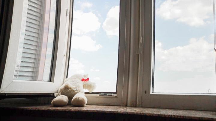 Два малыша выпали из окна пятого этажа в Сальске