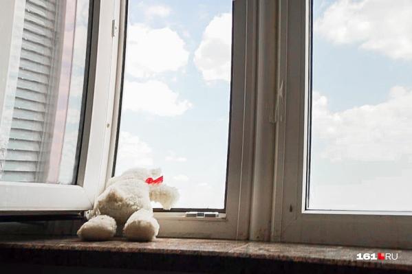 Родителей не было дома, когда дети выпали из окна