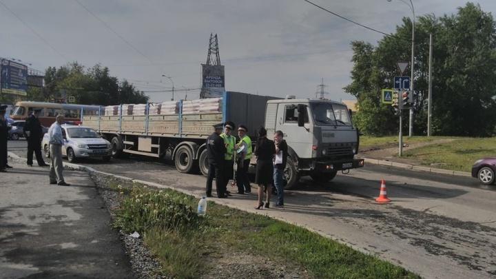 """""""Девочке оторвало руку"""": на улице Автомагистральной большегруз сбил пятилетнего ребёнка"""