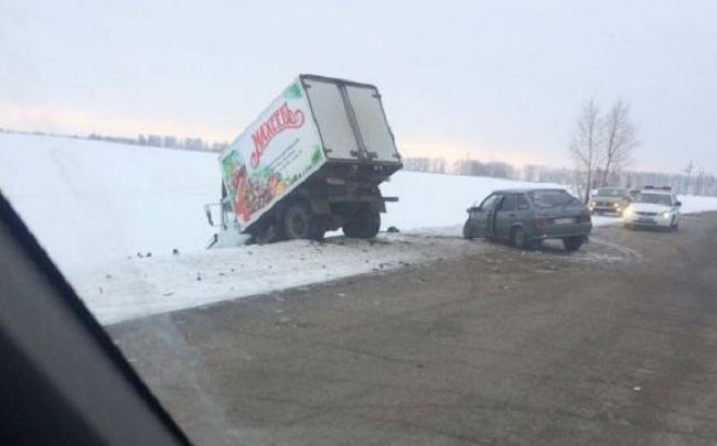 Грузовик столкнулся с двумя легковушками на башкирской трассе