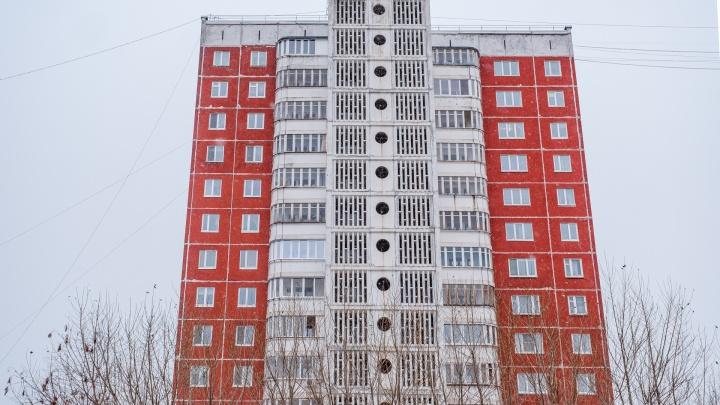 В Перми с восьмого этажа жилого дома выпала девушка