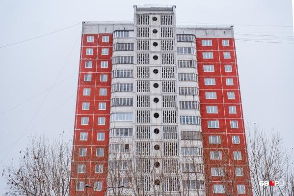 Девушка выпала с восьмого этажа жилого дома