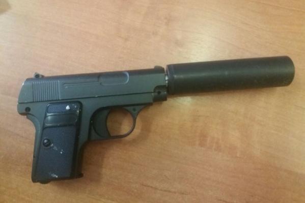 Муляж пистолета, изъятый сотрудниками полиции у подозреваемого