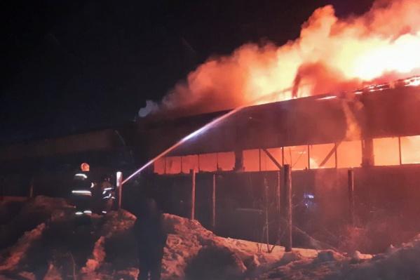 На уфимском складе полыхал огонь
