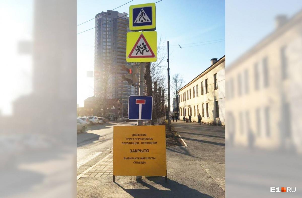 Дорожный знак «Тупик» повесили еще в 2015 году. Тогда жителям района обещали, что его уберут, как только отремонтируют дорогу, но воз и ныне там