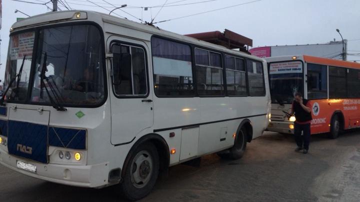 Задел зеркало и начал уезжать: два автобуса столкнулись на площади Маркса