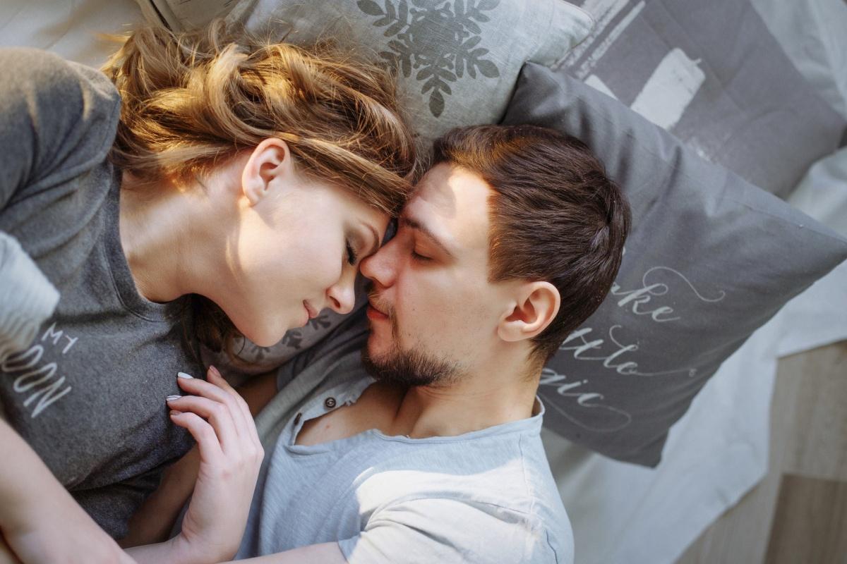 Для качественного сна врачи советуют отказаться от дивана в пользу удобных кровати и подушки
