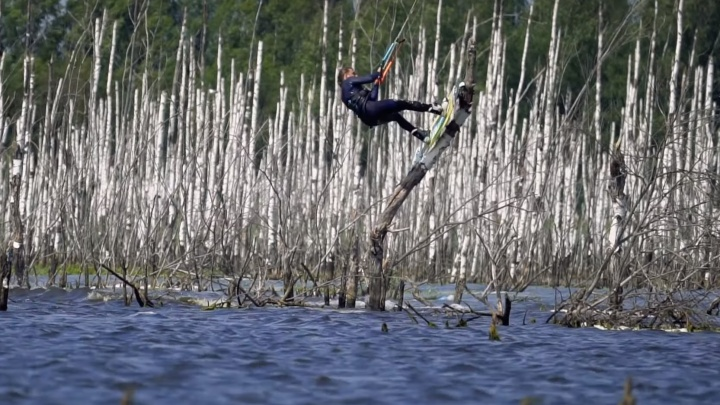 Уральский экстремал прокатился на кайте помертвому лесу в Подмосковье и снес пару берез: видео