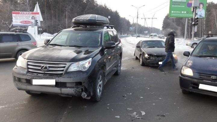 Авария и погасшие светофоры привели к коллапсу на Бердском шоссе
