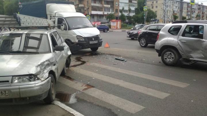 Перегородили дорогу: на перекрестке Гагарина и Мяги столкнулись три автомобиля