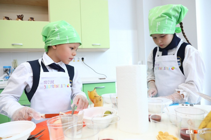 Ребята из школы № 1 готовят полезные десерты на мастер-классе