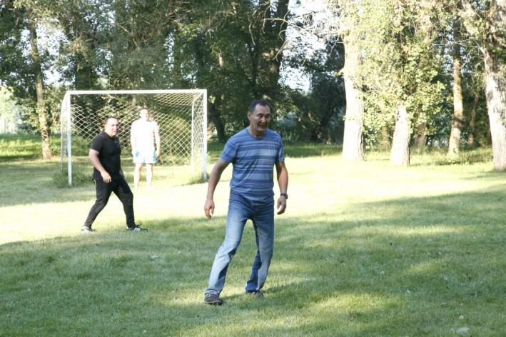 Михаил Музраев играет в футбол