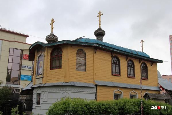 По документам на Чумбаровке должна была расположиться одноэтажная иконная лавка, а по факту здесь двухэтажная часовня