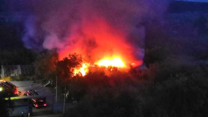 Пламя охватило двухэтажный барак на Красноярском тракте